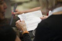 Kobieta trzymająca dokument