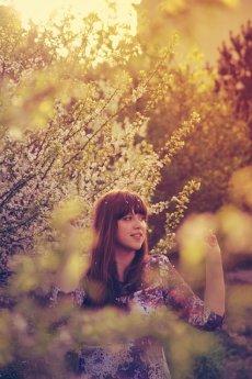 vintage dziewczyna w promieniach letniego słońca
